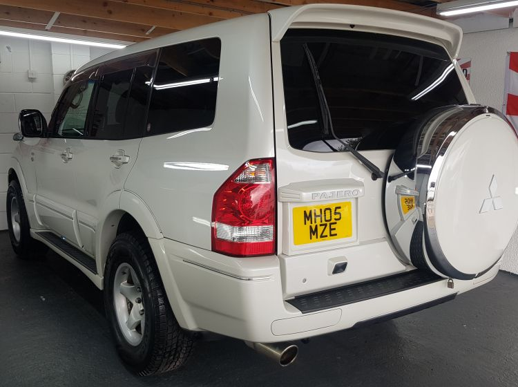 Mitsubishi Pajero 3.0 automatic white 5 door half leather japanese fresh import in stock 05 grade 4-b excellent condition corrosion free 2x dvd